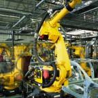 """Foto: (Rainer Plendl - Fotolia.com). Roboter nehmen in der industriellen Fertigung (hier eine Auto-Fertigungsstraße) eine immer wichtigere Rolle ein. Das hochkarätig besetzte Netzwerktreffen """"Maschinenbau und Mechatronik"""" am 13. Februar in Monschau, widmet sich der Integration der Robotik in den Herstellungsprozess."""
