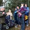 Flüchtlinge mit Waldführer im Nationalpark