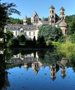 Die Abtei Maria Laach, eine hochmittelalterliche Klosteranlage, ist eine der besonderen Sehenswürdigkeiten in der Ferienregion um den Laacher See. Foto: Privat/pp/Agentur ProfiPress