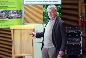 Fachberater Johannes-Ulrich Blecke gab dem Auditorium einen Einblick in die Möglichkeiten der Unterbringung von Flüchtlingen in Holzbauweise. Foto: Johannes Mager/pp/Agentur ProfiPress