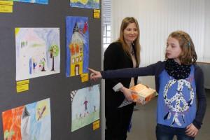 Die neunjährige Nele Schommer (hier mit Melek Yildirim von der Vertriebssteuerung der VR-Bank Nordeifel eG) hat Super-Girl zu ihrer Heldin erkoren. Foto: Steffi Tucholke/pp/Agentur ProfiPress