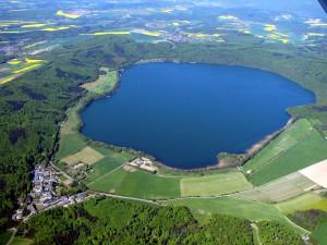 Ein Besuchermagnet: Der Laacher See, hier aus der Vogelperspektive, lockt jedes Jahr 1,5 Millionen Gäste an. Foto: VG Mendig/pp/Agentur ProfiPress