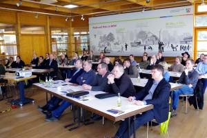 Vertreter aus der Holzwirtschaft sowie aus den Kommunen informierten sich über die Unterbringung von Flüchtlingen und die Schaffung von Wohnraum in Holzbauweise. Foto: Johannes Mager/pp/Agentur ProfiPress