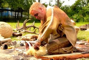 Ob es ums Feuermachen oder um die Jagd mit Pfeil und Bogen geht – Blumammu alias Hartmut Albrecht zeigt mit Wissen und Humor, wie man in der Steinzeit gelebt hat. Foto: Veranstalter/pp/Agentur ProfiPress