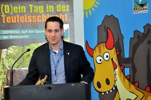 Moritz Petry, Bürgermeister der Verbandsgemeinde Südeifel, freut sich, dass der Dinosaurierpark Teufelsschlucht zahlreiche neue Gäste in die Südeifel gebracht hat. Foto: Reiner Züll/pp/Agentur ProfiPress