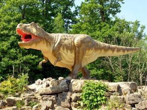 Den Schwerpunkt des Parks bilden Dinosaurier aus der Jura- und Kreidezeit wie zum Beispiel dieser Tyrannosaurus Rex. Foto: Dinosaurierpark Teufelsschlucht