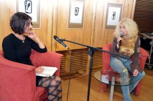 Im Anschluss an die Lit.Eifel-Lesung von Ute Bales (links) fand ein Werkstattgespräch mit der Schleidener Künstlerin Maf Räderscheidt statt. Foto: Jochen Starke/pp/Agentur ProfiPress