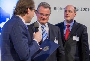 Der Kreis Euskirchen, bei der Übergabe in Berlin vertreten durch Landrat Günter Rosenke und Breitbandbeauftragten Marcus Derichs, gehört zu den ersten Landkreisen in ganz Deutschland, die vom 2,7-Milliarden-Breitband-Ausbauprojekt des Bundes profitieren. Foto: BMVI/pp/Agentur ProfiPress