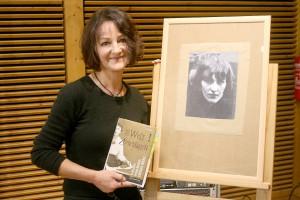 Ute Bales stellte im Naturzentrum ihr Buch über Angelika Hoerle vor, hier vor einem Porträt der Kölner Dada-Künstlerin. Foto: Stefan Lieser/pp/Agentur ProfiPress