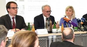Sie haben den Stein ins Rollen gebracht: Städteregionsrat Helmut Etschenberg (Mitte) hat am 29. Januar im Beisein der Rechtsanwälte Dr. Ute Jasper von der Kanzlei Heuking, Kühn, Lüer, Wojtek (Düsseldorf) und Tim Vermeir von der Kanzlei Blixt (Brüssel) erklärt, dass die Städteregion Aachen gegen Tihange 2 klagen wird. Foto: Andreas Herrmann/Städteregion Aachen/pp/Agentur ProfiPress