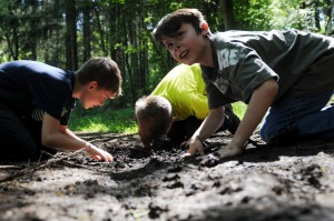 Guck mal, was da krabbelt: Spielerisch entdecken Kinder während einer Erlebniswoche den Wald und seine Bewohner. Dabei wird der Blick auch auf und in den Boden gerichtet. Foto: Nationalparkverwaltung Eifel/M. Godau/pp/Agentur ProfiPress