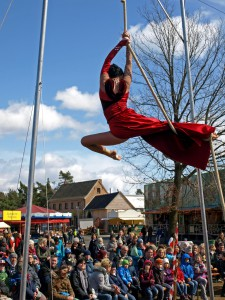 Auch atemberaubende Akrobatik erlebten die Besucher des Jahrmarktes vor historischer Kulisse. Foto: LVR/pp/Agentur ProfiPress