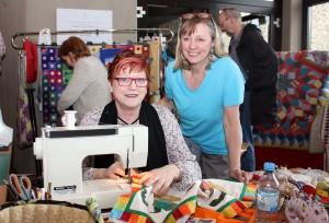Die Patchwork-Gruppe um Ursula Pillar-Zimmermann (rechts, hier mit Teilnehmerin Ulrike Nilgen aus Nideggen-Wollersheim) trifft sich zweimal im Monat in Kall. Foto: Alice Gempfer/pp/Agentur ProfiPress