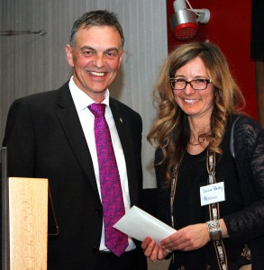 Hellenthals Bürgermeister Rudolf Westerburg gratulierte der Netzwerk-Koordinatorin Corinne Rasky zur erfolgreichen Arbeit. Foto: Alice Gempfer/pp/Agentur ProfiPress