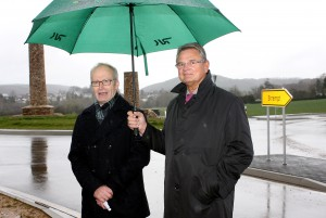 Bürgermeister Dr. Hans-Peter Schick (links, hier mit Günter Rosenke, Landrat des Kreises Euskirchen) freute sich, endlich die Verkehrsachse in Richtung Kernstadt und Autobahn freigeben zu können. Foto: Steffi Tucholke/pp/Agentur ProfiPress