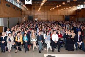 Die Zuhörer ließen sich in der Aula der Prümer Hauptschule vom prominenten Benediktinerpater in seinen Bann ziehen. Dabei lernten sie viel über die Bedeutung von Stille, Glauben und Ritualen. Foto: Eifel-Literatur-Festival/pp/Agentur ProfiPress