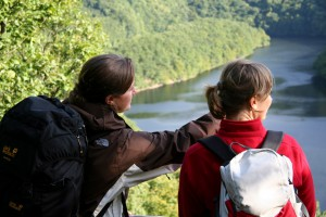 Attraktive Ausblicke in die Landschaft wie hier an der Hirschley erwarten den Trailwanderer am zweiten Tag. Foto: Nationalparkverwaltung Eifel/G. Priske
