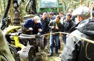 Spannende Einblicke in die Praxis hatten die Studenten bei der Holzernte mit einem Harvester. Foto: Holzkompetenzzentrum Rheinland/pp/Agentur ProfiPress