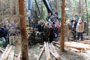 Eine Exkursion in den Eifel-Wald bei Blankenheim stand auf dem Lehrplan der zukünftigen Holzbauingenieure an der FH Aachen. Foto: Holzkompetenzzentrum Rheinland/pp/Agentur ProfiPress