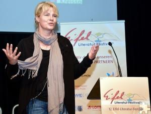 Beststeller-Autorin Nele Neuhaus hatte die 800 Zuhörer, die zum Auftakt des Eifel-Literatur-Festivals nach Bitburg gekommen waren, dank ihrer natürlichen Art schnell auf ihrer Seite. Foto: Helmut Gassen/ELF/pp/Agentur ProfiPress