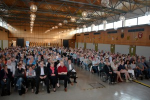 Festivalorganisator Dr. Josef Zierden konnte rund 500 Besucher bei Horst Evers in der Aula der ehemaligen Hauptschule Prüm begrüßen. Foto: Helmut Gassen/ELF/pp/Agentur ProfiPress