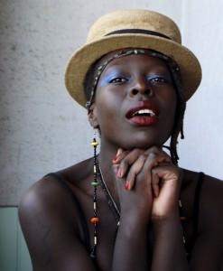 Die im ostafrikanischen Uganda geborene Sängerin Jaqee ist im Alter von 13 Jahren mit ihren Eltern nach Schweden geflüchtet und lebt mittlerweile in Berlin. In Eupen ist sie auf der KBC-Bühne Stadtpark am Samstag, von 22 bis 23.15 zu hören. Foto: Viktoria Binschtok