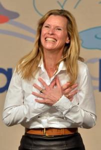 In der Aula der ehemaligen Grundschule in Prüm freut sich Schauspielerin Leslie Malton über den Applaus nach ihrer Autorenlesung. Foto: Harald Tittel/ELF/pp/Agentur ProfiPress