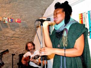 Das Duo Mea mit Sängerin Donia Akouvi Touglo und Gitarrist Michael Filz gibt am Samstag, 7. Mai, 20 Uhr, ein Konzert in der Gemünder Galerie Eifel Kunst. Foto: Marita Rauchberger/pp/Agentur ProfiPress