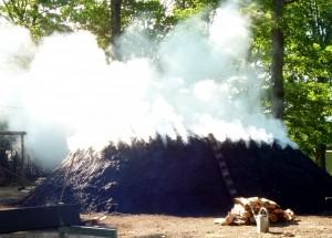 Von Montag, 9. Mai, bis Donnerstag, 26. Mai, dreht sich im Eifelort Düttling alles um den qualmenden Holzkohlenmeiler. Foto: Privat/pp/Agentur ProfiPress