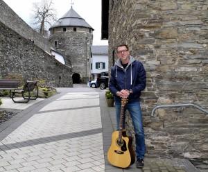 Georg Kaiser, Singer/Songwriter aus Kalterherberg, will bei seinen Zuhörern in der Monschauer Schlosskapelle keltisches Feuer entfachen. Foto: Marita Rauchberger/pp/Agentur ProfiPress