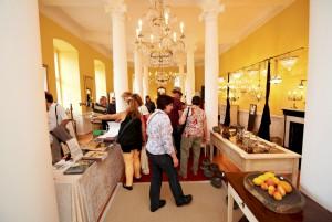 Ein Highlight des Festivals ist auch die Präsentation von Schmuck, Antiquitäten und Design im Festsaal des Schlosses, der 1779 im Stil des Louis-Seize ausgestaltet wurde. Foto: EC&M GmbH/pp/Agentur ProfiPress