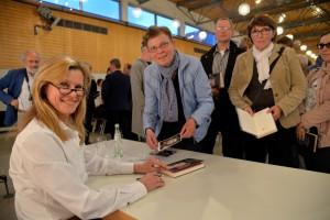 Nach der Lesung im Rahmen des Eifeler Literatur Festivals gab es eine Signierstunde mit der sympathischen Schauspielerin. Foto: Harald Tittel/ELF/pp/Agentur ProfiPress