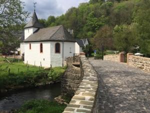 Brücke und Kapelle nach der Sanierung. Foto: Gemeinde Dahlem/pp/Agentur ProfiPress
