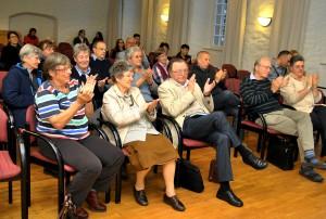 Die Zuhörer der Lit.Eifel-Lesung im Monschauer Aukloster sparten nicht mit Beifall für den Schriftsteller Suleman Taufiq. Foto: Renate Hotse/pp/Agentur ProfiPress
