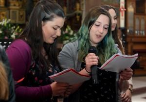 """Mit einem Oberstufengottesdienst wurden die """"Werke der Barmherzigkeit"""" in der Steinfelder Basilika vorgestellt. Schüler sangen Lieder. Foto: Franz Küpper/pp/Agentur ProfiPress"""