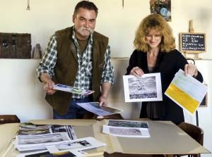 Fotokünstler Jörg Erbar und WDR-4-Moeratorin Katia Franke bei der Auswahl der Fotos für die Ausstellung, die vom 21. Mai an im Burgcafé Eulenspiegel in Reifferscheid zu sehen ist. Foto: Privat/pp/Agentur ProfiPress