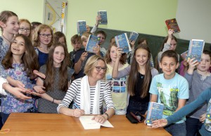 Hunderte Bücher signierte die Kinderbuchautorin Kirsten Boie vor und nach ihrer Lesung im St.-Matthias-Gymnasium Gerolstein. Foto: Rudi Höser/ELF/pp/Agentur ProfiPress
