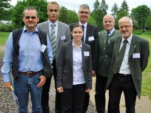 Was bedeutet der Klimawandel für den Eifelwald? Antwort auf diese Fragen gaben die Experten (v.l.n.r.) Dr. Bertram Leder, Thilo Wagner, Dr. Nicole Müller und Dr. Rainer Joosten, die auf Einladung von Horst-Karl-Dengel und Ralf Stadler vom Regionalforstamt Hocheifel-Zülpicher Börde ins Holzkompetenzzentrum Rheinland gekommen waren. Foto: Renate Hotse/pp/Agentur ProfiPress