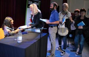 Schlange standen die Zuhörer nach der Lesung, um sich von Shida Bazyar ein Buch signieren zu lassen. Foto: Renate Hotse/pp/Agentur ProfiPress