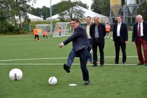 Zur Einweihung am Sonntag ließ es sich auch Bürgermeister Axel Buch nicht nehmen, das eigene Fußballtalent auszutesten. Foto: Cedric Arndt/pp/Agentur ProfiPress