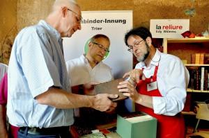 Buchbindermeister Edy Willems aus Luxemburg präsentiert alte und moderne Techniken. Foto: HWK/pp/Agentur ProfiPress
