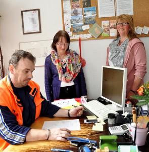 """Veronika Neumann (Mitte) ist Vorsitzende des Vereins """"Wirkstatt"""", hier mit Schatzmeisterin Anne Marie Pickartz (rechts), die das gemeinnützige Kaufhaus in Kall leitet, und Anleiter Guido Schreiber. Foto: Reiner Züll/pp/Agentur ProfiPress"""