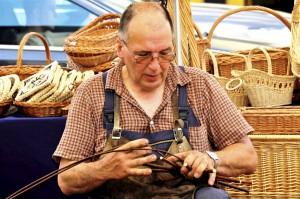 """Traditionelles Handwerk """"live"""": Korbmacher Wolfgang Gladziewski beim Trierer Handwerkermarkt. Foto: Constanze Knaack-Schweigstill/HWK/pp/Agentur ProfiPress"""