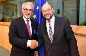 Auf offene Ohren stößt Aachens Städteregionsrat Helmut Etschenberg (l.) bei EU-Parlamentspräsident Martin Schulz. Foto: Andreas Herrmann/Städteregion Aachen/pp/Agentur ProfiPress