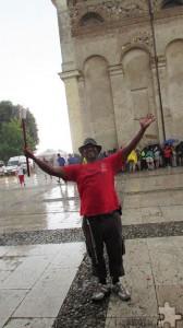Rasi, ein Rotkreuzler aus der Eifel, trotzt in der norditalienischen Campagna den Unbilden der Witterung. Foto: Manfred Lang/pp/Agentur ProfiPress