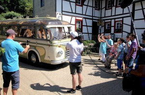 Der Oldtimer-Bus rollt auf dem Dreimühlenhof ein, Familie Breuer und die Fernsehleute stehen bereit. Foto: Thomas Schmitz/pp/Agentur ProfiPress