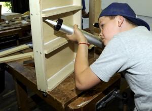Auf die Leimung kommt es an: Ein Möbelstück aus Holz hält nur, wenn es ordentlich bearbeitet wurde. So macht Handwerk Spaß. Foto: Handwerkskammer Aachen/pp/Agentur ProfiPress
