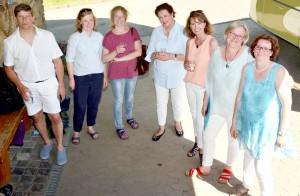 """Die Akteurinnen der neunten """"Land-und-lecker""""-Staffel mit dem Chauffeur des Oldtimer-Busses, Wolfgang Schiwy. Foto: Sarah Winter/pp/Agentur ProfiPress"""