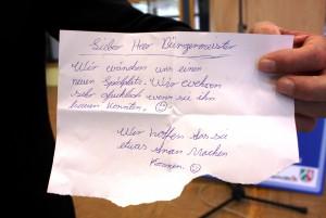 Eine Bitte an den Bürgermeister: Mit diesem Brief schlugen zwei junge Mädchen den Bau eines Spielplatzes vor. Foto: Steffi Tucholke/pp/Agentur ProfiPress