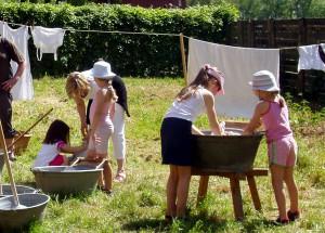 Wie anstrengend das Rubbeln auf dem Waschbrett war, können am kommenden Sonntag auch die kleinen Besucher beim Waschtag im Freilichtmuseum erleben. Foto: LVR/pp/Agentur ProfiPressOLYMPUS DIGITAL CAMERA